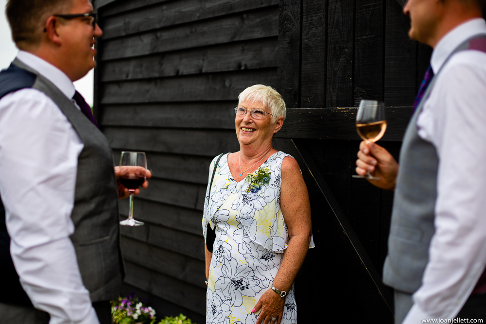 groom's mum chatting
